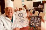 Белгилүү хирург Мамбет Мамакеев дүйнөлүк рекорд жасаганын тастыктаган Гиннестин рекорддор китебинин дипломун алды