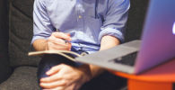 Мужчина за работой на ноутбуке. Иллюстративное фото
