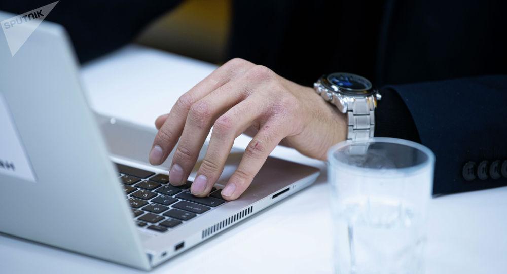 Журналист за ноутбуком во время работы. Иллюстративное фото