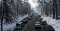 Автомобили припаркованные на проспект Эркиндик. Архивное фото