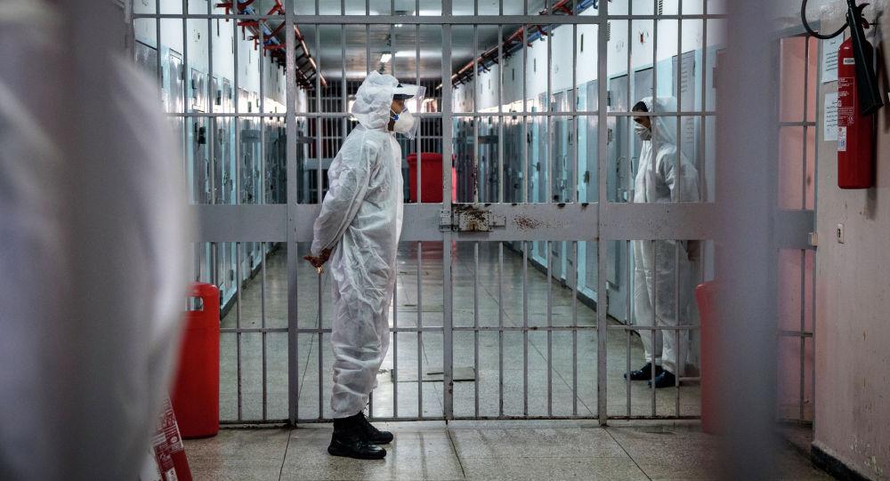 Тюремные надзиратели, одетые в СИЗ из-за пандемии COVID-19, несут вахту в тюрьме. Архивное фото
