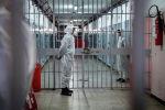 Тюремные надзиратели, одетые в СИЗ из-за пандемии COVID-19. Архивное фото