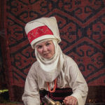 Келиндин колундагы илгерки жез самоор. Элечекчен эне боз үйдүн ичинде бүлөсүнө чай берүүдө.