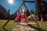 Женщина в национальном кыргызском костюме вьет таар на джайлоо Кок-Жайык в ущелья Джети-Огуз