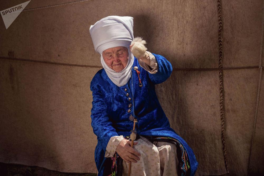 Боз үйдүн түбүндө ийик ийрип жаткан чоң эне. Ийик — бул кебез, жүндөн жип ийрий турган аспап. Кыргыздын аялдары малдын жүнүн ийик менен ийрип жип кылып, андан түрлүү кийимдерди токуп, тигишкен.