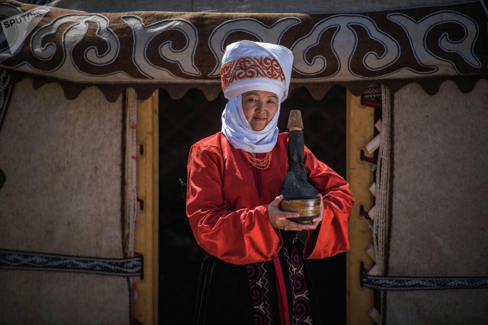 Байкасаңыздар, кыргыз аялдарынын башынан элечек жайы-кышы дебей түшкөн эмес. Илекини аялдар үй жумуштарын жасоодо, ал тургай таруу майдалаганда да дайыма кийип жүрүшкөн.