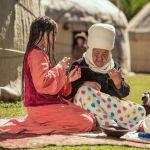Чоң эне менен ойноп отурган беш көкүл секелектер. Кыргыздын кыздары турмушка чыккыча чачтарын дайыма беш көкүл өрдүрүп жүрүшкөн.