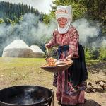 Жайлоо, керемет жаратылыш жана боорсок жасап жаткан кыргыз келин