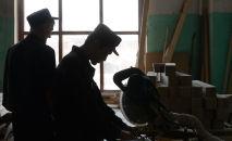 Заключенные работают в столярном цехе в исправительной колонии. Архивное фото