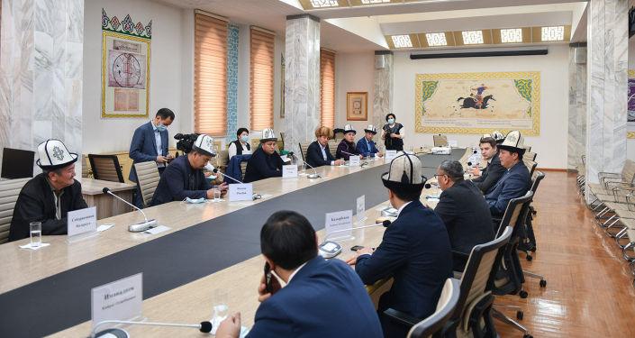 Исполняющий обязанности премьер-министра Артем Новиков встретился с ведущими манасчи