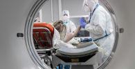 Томографиядан бейтапты өткөргөн медиктер. Архивдик сүрөт