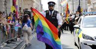 Полицейские присоединяются к сторонникам и членам сообщества лесбиянок, геев, бисексуалов и трансгендеров (ЛГБТ), которые принимают участие в ежегодном параде прайдов в Лондоне. 7 июля 2018 года
