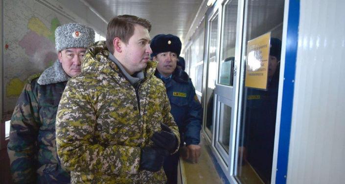 Исполняющий обязанности премьер-министра, первый вице-премьер-министр Кыргызской Республики Артем Новиков во время  посещения контрольно-пропускного пункта Торугарт в Нарынской области.