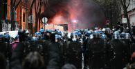 Сотрудники правоохранительных органов во время акции протеста против законопроекта О глобальной безопасности в Париже.