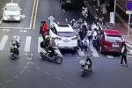 В Китае автомобиль сбил девушку на велосипеде, она угодила прямо под колеса. Прохожие подняли машину и вытащили пострадавшую.