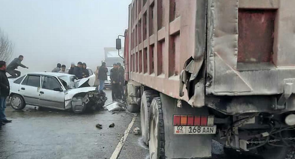 Последствия ДТП с легковым авто и грузовиком на 648 километре трассы Бишкек — Ош