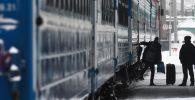 Пассажир выходит из поезда. Архивное фото