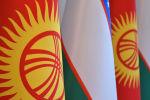 Кыргызстан жана Өзбекстандын желектери. Архивдик сүрөт