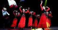Солисты Кыргызского государственного ансамбля танца Ак-Марал во время выступления. Архивное фото