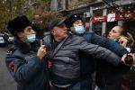 Сотрудники правоохранительных органов задерживают участника акции протеста против действующего правительства в Ереване.