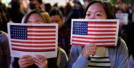 Девушки с флагами США. Архивное фото