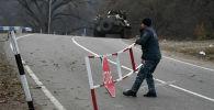 Полицейский возле контрольно-пропускного пункта на автомобильной дороге Варденис-Мартуни у населенного пункта Гетаван