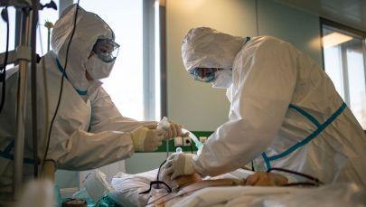 Медицинские сотрудники в отделении реанимации и интенсивной терапии. Архивное фото