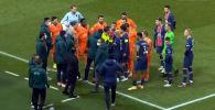 Проходивший во вторник в Париже матч был прерван на 16-й минуте. Причиной этого стало расистское высказывание четвертого арбитра в адрес одного из тренеров гостей.