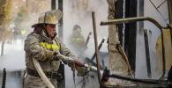 Сотрудник МЧС КР во время тушения пожара в Бишкеке. Архивное фото