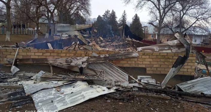 Последствия пожара в детском саду в селе Саны Аксыйского района Джалал-Абадской области