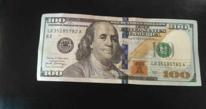 Поддельная сто долларовая купюра, обнаруженного у подозреваемого в Джети-Огузском районе