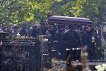 Гроб с телом Вячеслава Иванькова (Япончика) несут к месту захоронения на Ваганьковском кладбище в Москве. Архивное фото