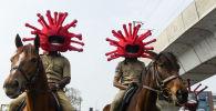 Индийские полицейские в шлемах в форме модели коронавируса. Архивное фото