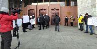 Жогорку Кеңештин имаратынын алдында  митинг