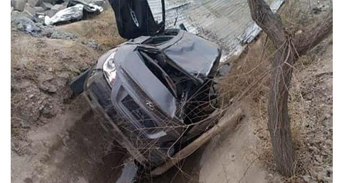 В Баткенской области автомобиль марки Hyndai Solaris упала в вырытую траншею, водитель погиб на месте