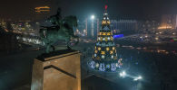 На площади Ала-Тоо зажгли главную новогоднюю елку Кыргызстана. Мы сняли это с дрона. В центре также установлен главный символ 2021 года —инсталляция быка из металла.