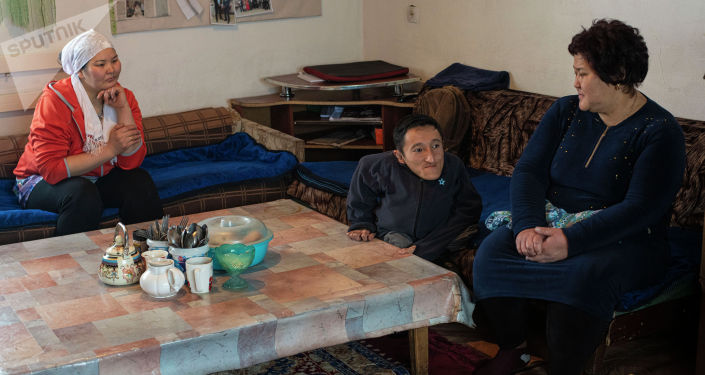Кыргызстанка Айгуль Такырбашева вместе с приемными сыном Уланом и невесткой Бурулсун