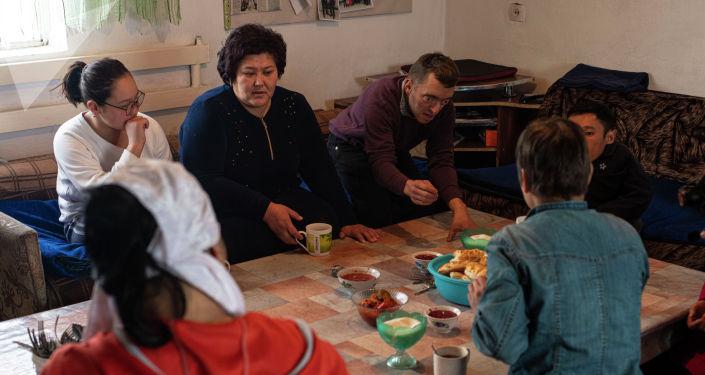 Кыргызстанка Айгуль Такырбашева вместе с приемными детьми у себя в доме