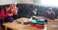 Дети Айгуль Такырбашевой и Жалила Асанова во время изготовления войлочных изделий