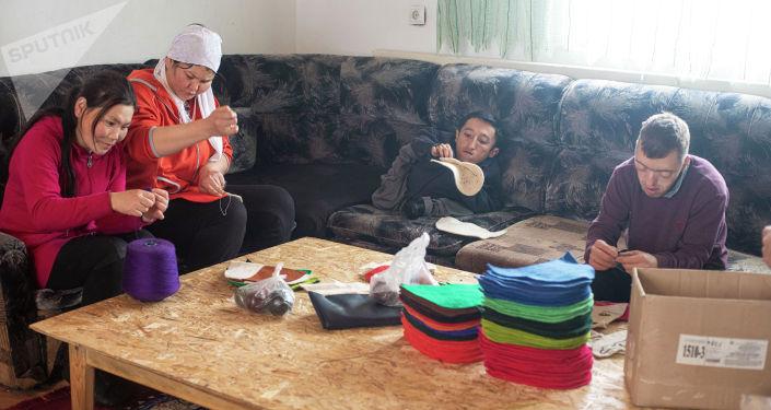 Приемные дети кыргызстанки Айгуль Такырбашевой во время работы