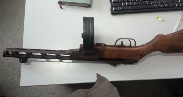 Оружие у него изъяли. Отмечается, что оно похоже на пистолет-пулемет Шпагина