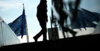 Прохожий возле штаб-квартиры Европейского Союза в Брюсселе (Бельгия)