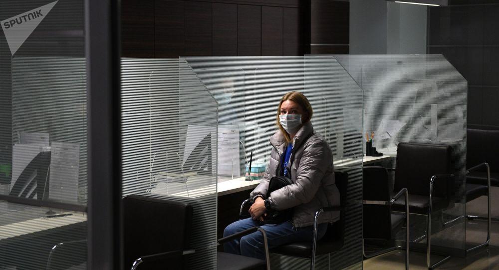 Девушка в отделении банка. Архивное фото