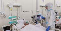 Медик у пациента в реанимационном блоке больницы