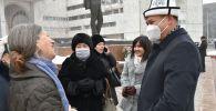 Возложение цветов к памятнику Чингиза Айтматова