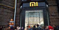 Посетители у магазина Xiaomi на Тверской улице в Москве. Архивное фото