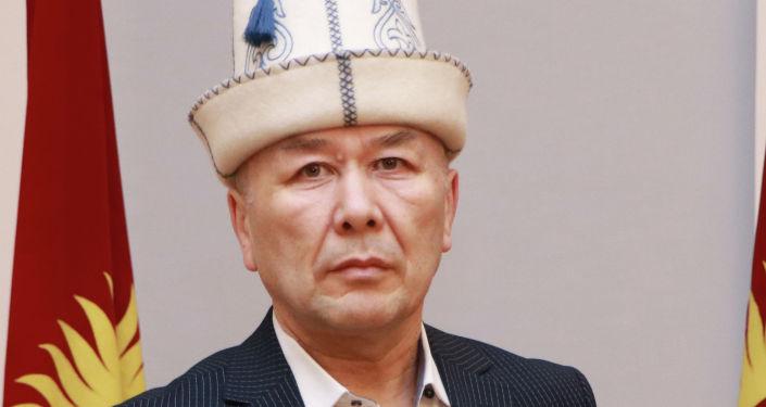 Кандидат на должность Президента КР Арстанбек Абдылдаев с удостоверением в руках.