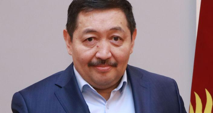 Кандидат на должность Президента КР Женишбек Байгуттиев с удостоверением в руках.