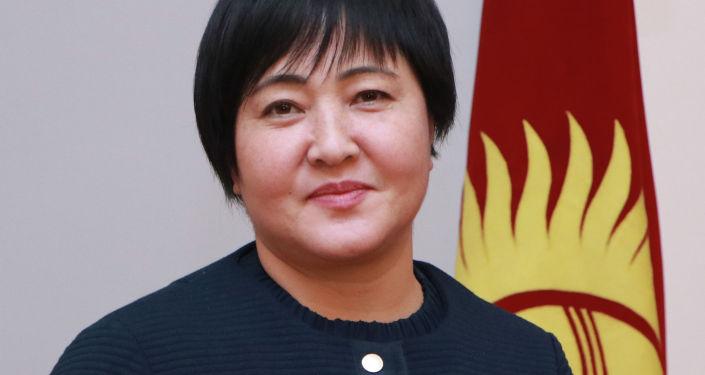Кандидат на должность Президента КР Клара Сооронкулова с удостоверением в руках.