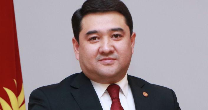 Кандидат на должность Президента КР Бактыбек Калмаматов с удостоверением в руках.